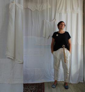 Oda dnevu - ali bolje - življenju v rabljenih oblačilih. Pokolon second hand trgovinam, izmenjevalnicam in drugim praksam kroženja tekstila.